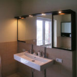 Badschrank mit Spiegelfront und grossem Waschbecken