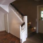 Treppengelaender aus Massivholz weiß lackiert, Handlauf dunkel gebeizt und lackiert