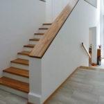 Alte Betontreppe mit neuen Stufen und Gelaender belegt
