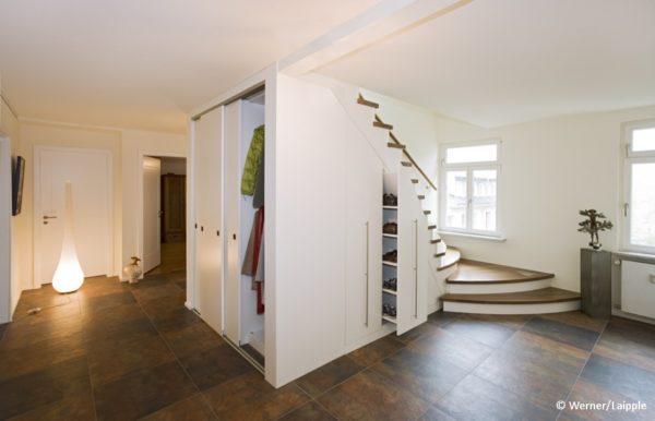 treppenschrank-als-schrank-unter-der-treppe-eiche-weiß-lackiert-wolff-tischlerei-in-heeslingen-bei-zeven-suedwestlich-von-hamburg
